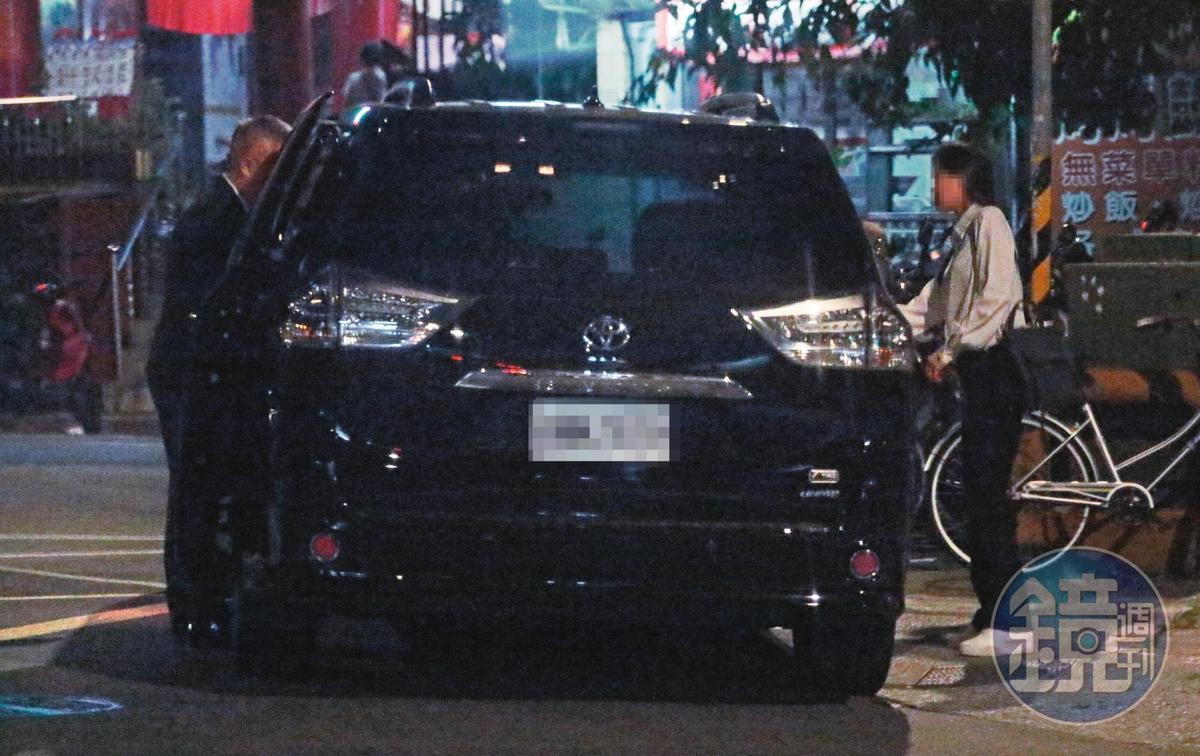 18:39,女助理(右)下班,有郁方老公(左)的專車接送,難怪引人八卦。