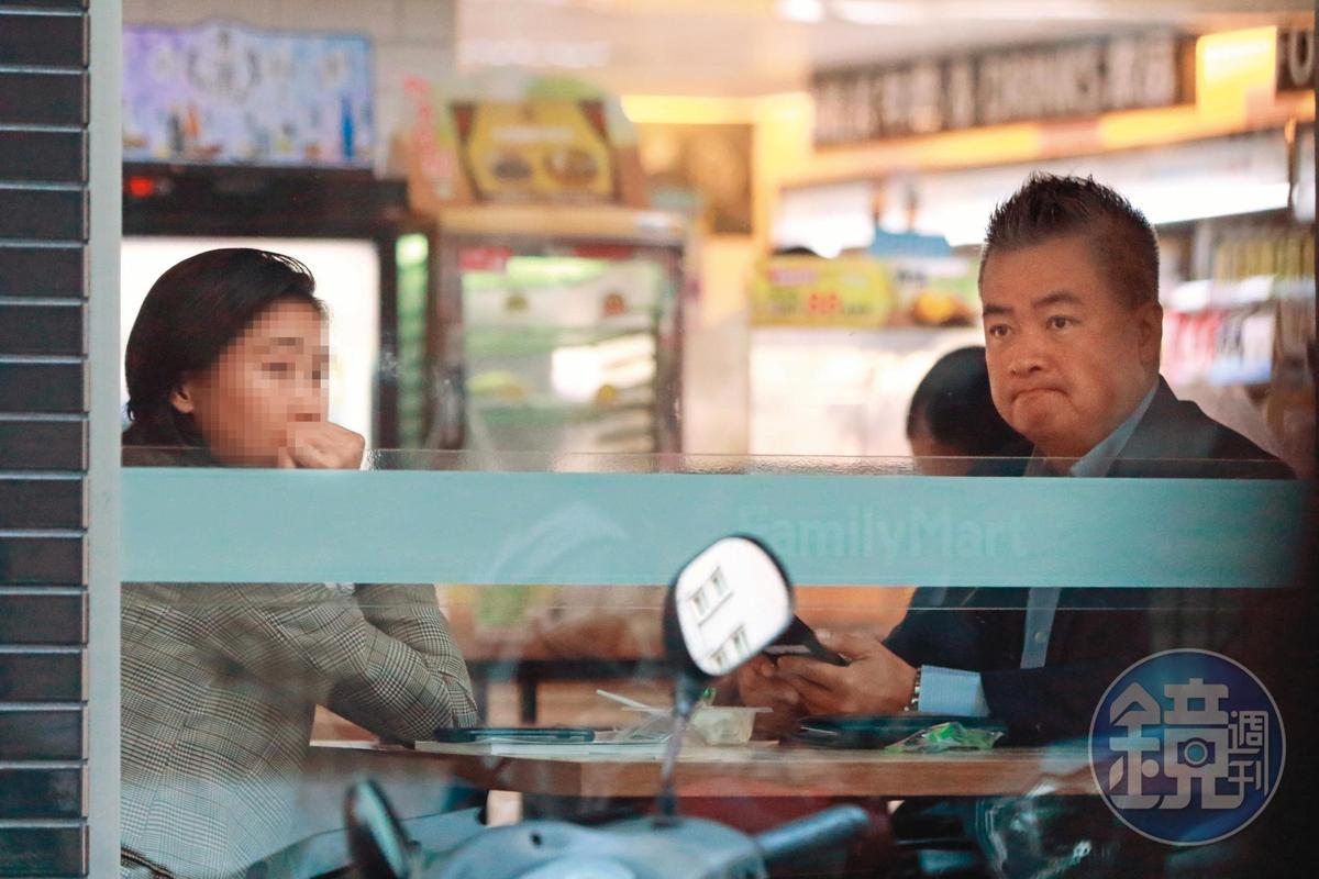 9月3日17:44,明明就是上班時間,陳昱羲(右)買啤酒給女助理(左)後就在便利商店開會,算是非常自由的工作環境。