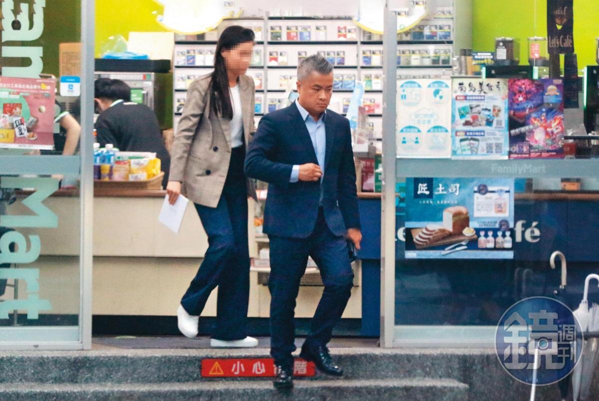 18:02,女助理(左)與陳昱羲(右)因為工作關係經常一起行動,不過兩人身影一直到下班,依舊聚餐與接送。