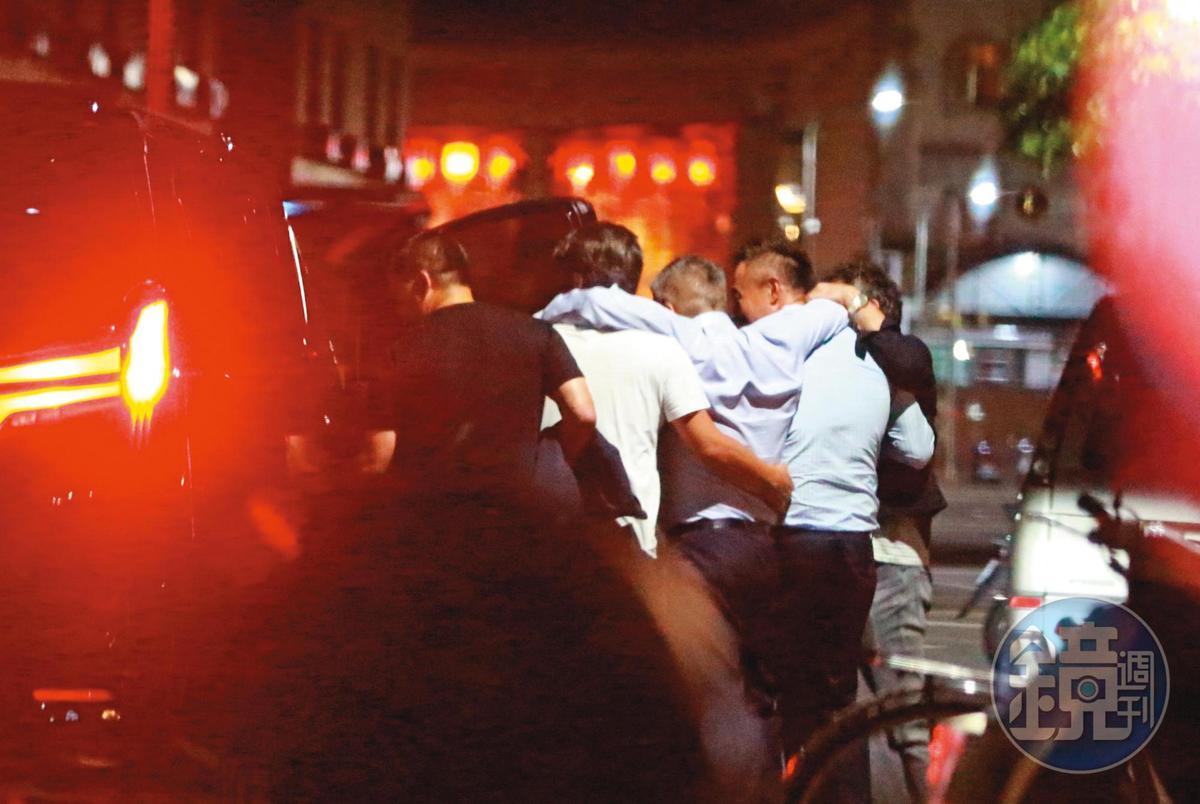 21:39,喝到失去自我行動能力的陳昱羲(右3),需要旁人架著前進到續攤地點。