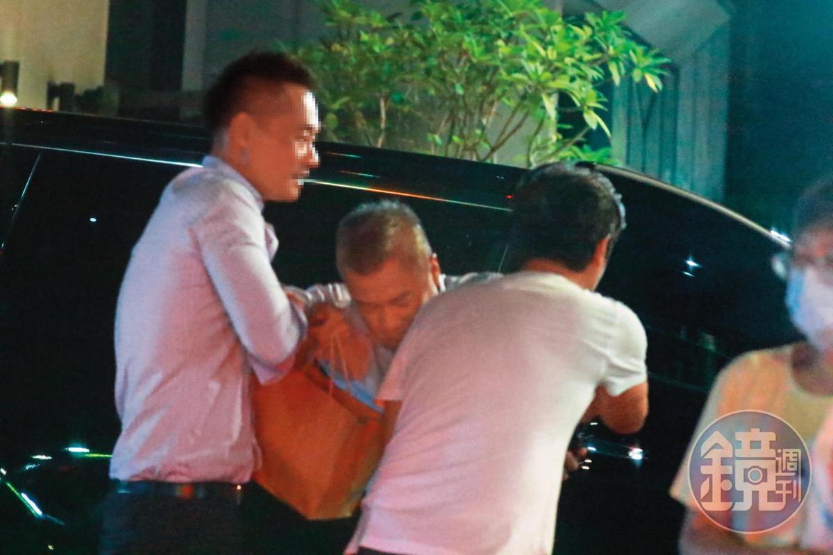 21:45,經過旁人的熱心幫忙,陳昱羲(中)被塞進車內,非常有參與感。