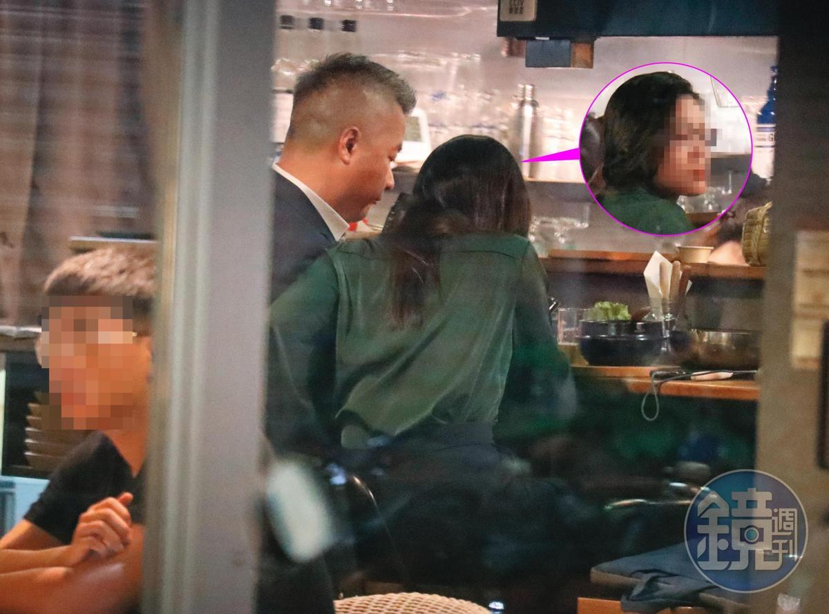 9月9日19:51,跟錢德月聚完,陳昱羲(左)還是回去找了身邊的貼身女助理(右),同樣下班還是要吃個飯才各自分開,期間互動緊密。