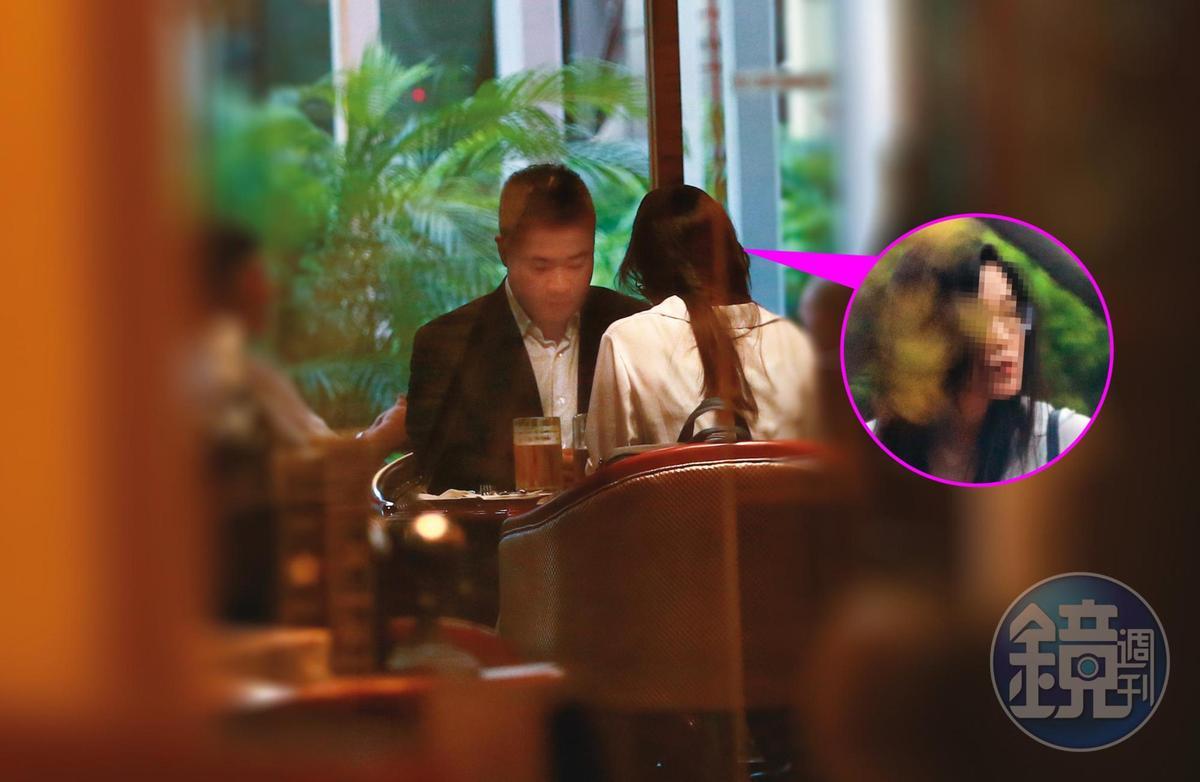 9月11日17:28,下班之後,陳昱羲(左)又帶著女助理(右)到福華飯店用餐,開的是藍色保時捷。
