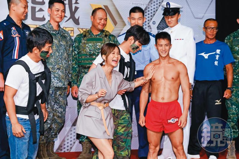 蔡昌憲(前左起)、吳怡霈和楊子儀驗貨國軍精實戰力,親試海龍蛙兵雄壯威武的漢草。