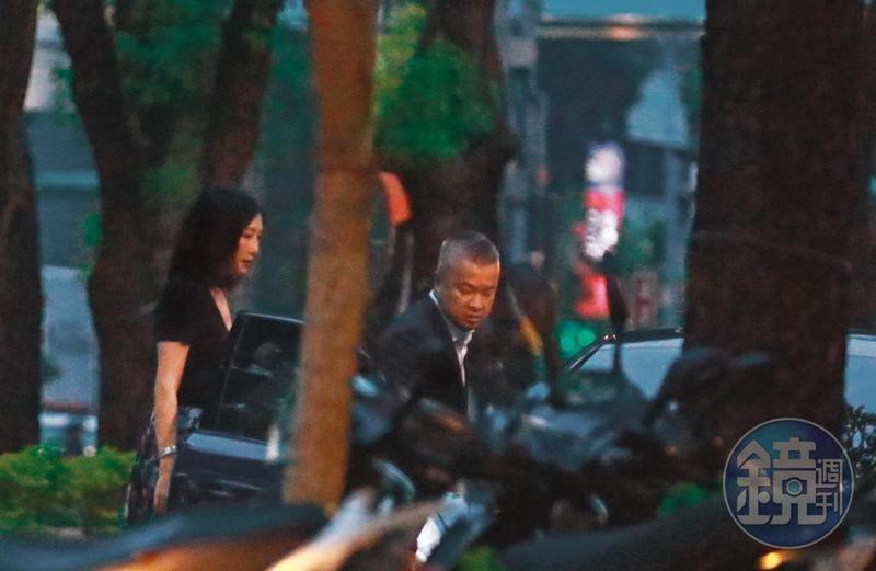 9月8日18:05,陳昱羲(右)與錢德月(左)的感情要好,他特別驅車前往接送,兩人消失在台北街頭。