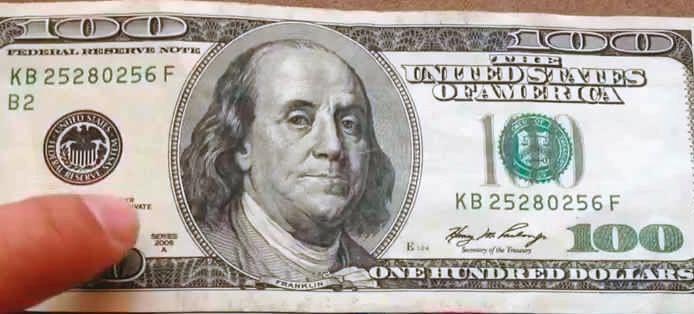 船老大須持黃大彰給的百元美鈔、讓對方確認鈔票上的號碼,雙方才會在公海交易毒品。(翻攝網路)