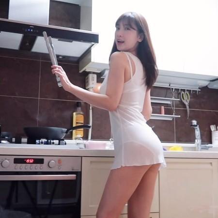 林李智穿輕薄衣服下廚,姣好身材一覽無遺。(翻攝自林李智Instagram)
