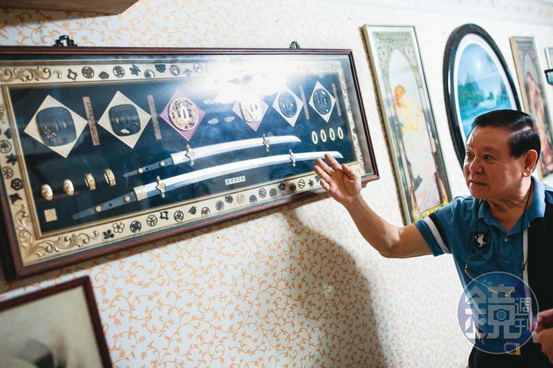 戴崇慶的客廳牆上掛著一副往來的日本黑道贈予的武士刀。
