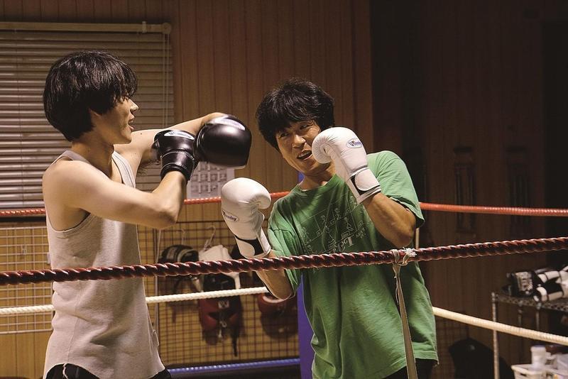 菅田將暉(左)和韓國男星梁益準相差17歲,但在電影《啊,荒野》中感受不到兩人的年齡差距。(車庫娛樂提供)