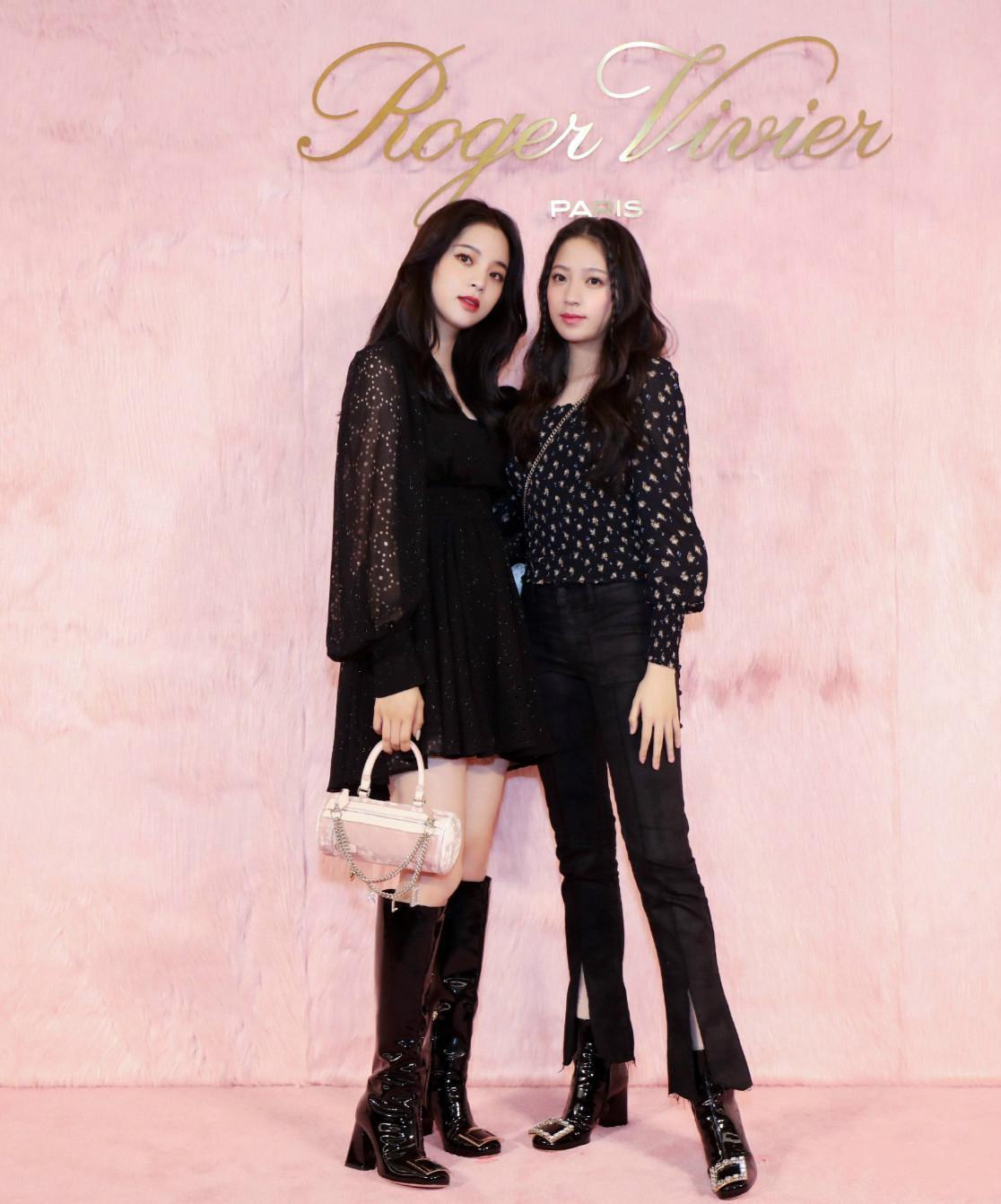 16歲的歐陽娣娣(右)已經長得快跟二姐娜娜(左)一樣高,這幾年她變更高、更正了!原來是因為…(翻攝自Roger Vivier微博)