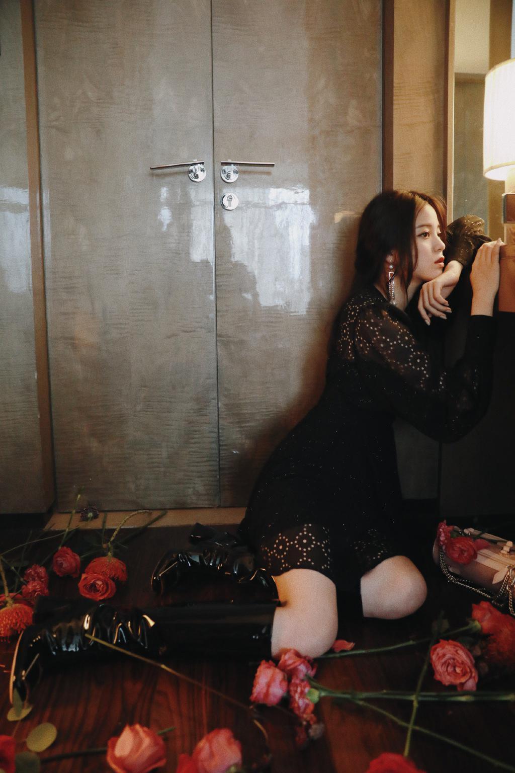 歐陽娜娜出席Roger Vivier瀋陽萬象城限時概念展,身穿Maje的秋冬系列Rasere雪紡透視洋裝(NT$11,590),手拿Mini Charm Vivier圓筒包。(Maje提供)