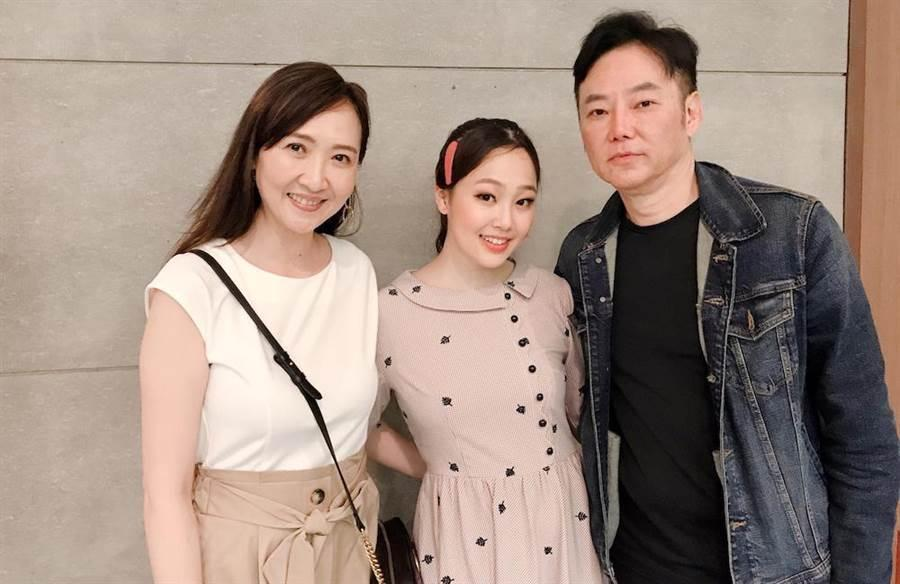 去年8月,陳妤安(中)參與演出果陀音樂劇《綠島小夜曲》,陽帆(右)特別帶老婆Julie(左)欣賞女兒的處女作。(果陀提供)