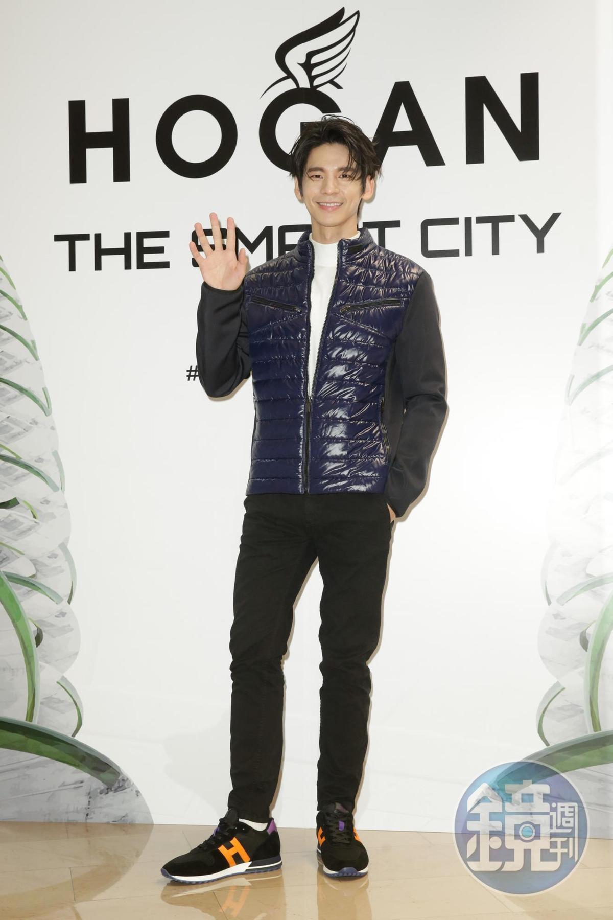 林柏宏身穿HOGAN深藍色輕羽絨外套(NT$25,600),搭配H383撞色男士休鞋(NT$15,900),笑說從國父紀念館的頒獎典禮到爬象山都適用。