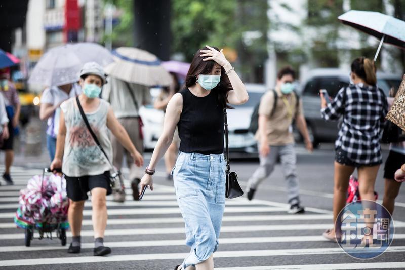 中央氣象局針對12縣市發布橙、黃色燈號,高溫上看36度,民眾外出應慎防熱傷害。