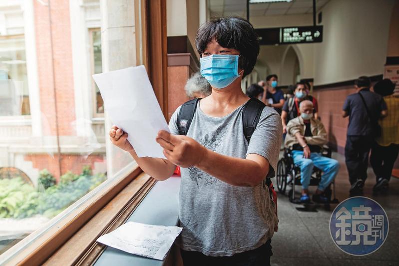 55歲的李小姐遭遇職災,雙手歷經20多次手術,透過行政救濟才爭取到失能年金給付。