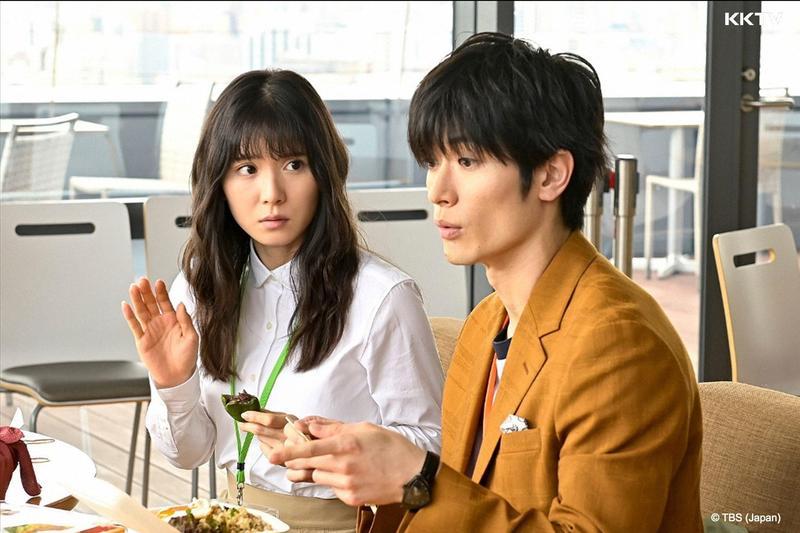 三浦春馬(右)與松岡茉優主演新劇《錢的盡頭是愛情的開始》昨晚首播,收視開出11.2%。(KKTV提供)