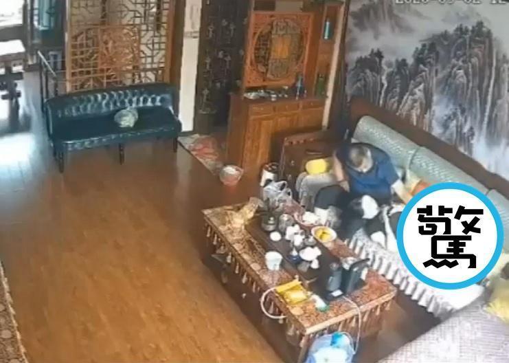 網路上流傳一段疑似楊光金與媳婦在家的親密影片,讓風向頓時從性侵轉向通姦。(翻攝自澎湃視頻)