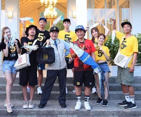 《綜藝玩很大》團隊6月時到台南拍攝,黃偉哲和KID、小鬼兩位隊長互贈伴手禮。(翻攝自黃偉哲臉書粉專)