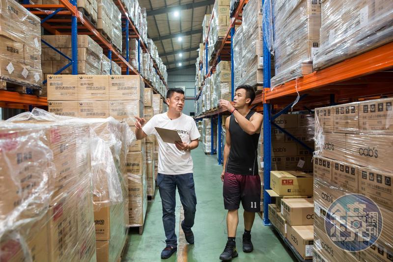 本來是直播拍賣個體戶的王三郎,3年前加入台中貿易商團隊。公司的巨型倉庫裏有數千樣產品,他都聊若指掌,直播時任他發揮。