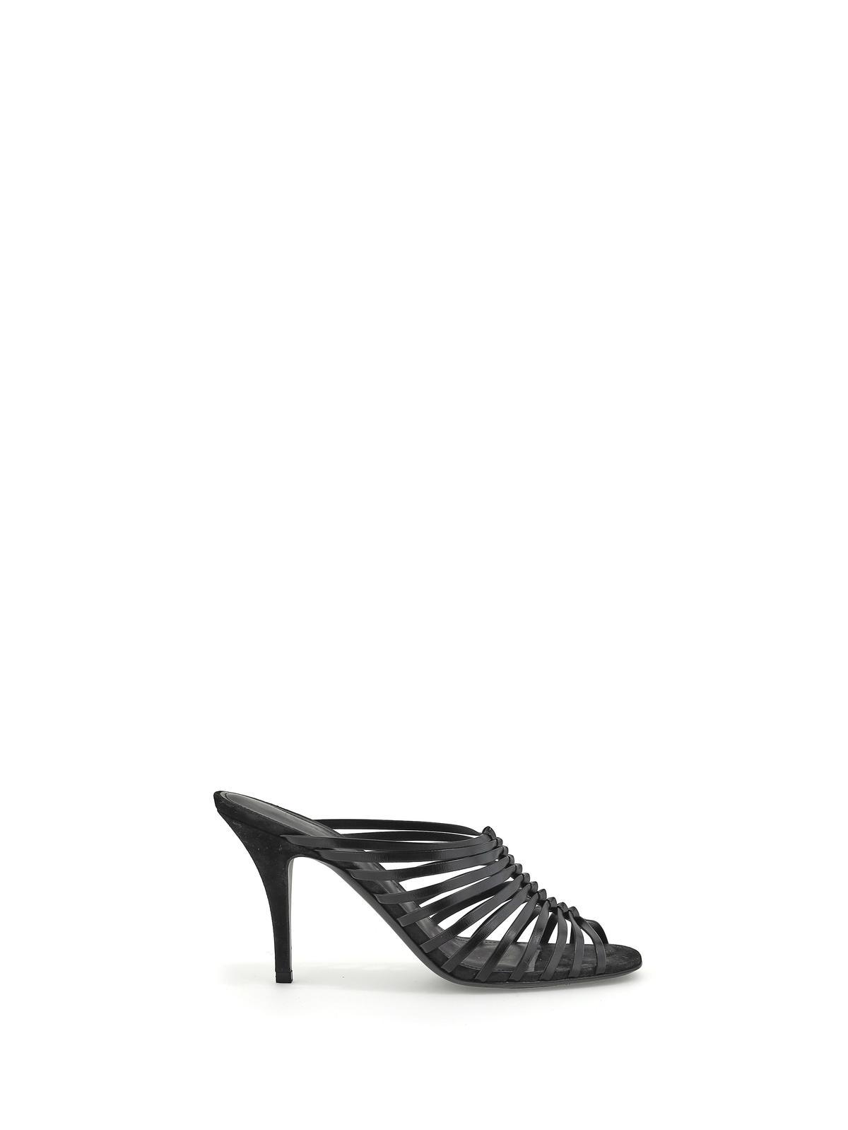 黑色山羊皮高跟涼鞋 NT$32,500。(Ferragamo提供)