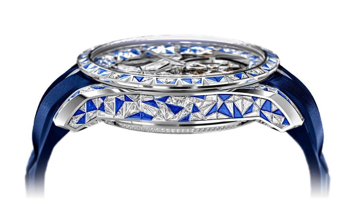 比起一般較常見的梯形鑽鑲嵌,羅杰杜彼此種首創的鑲嵌技法,得耗費數倍、甚至數十倍時間,鑽石和藍寶石的交錯運用也讓它非常吸睛。