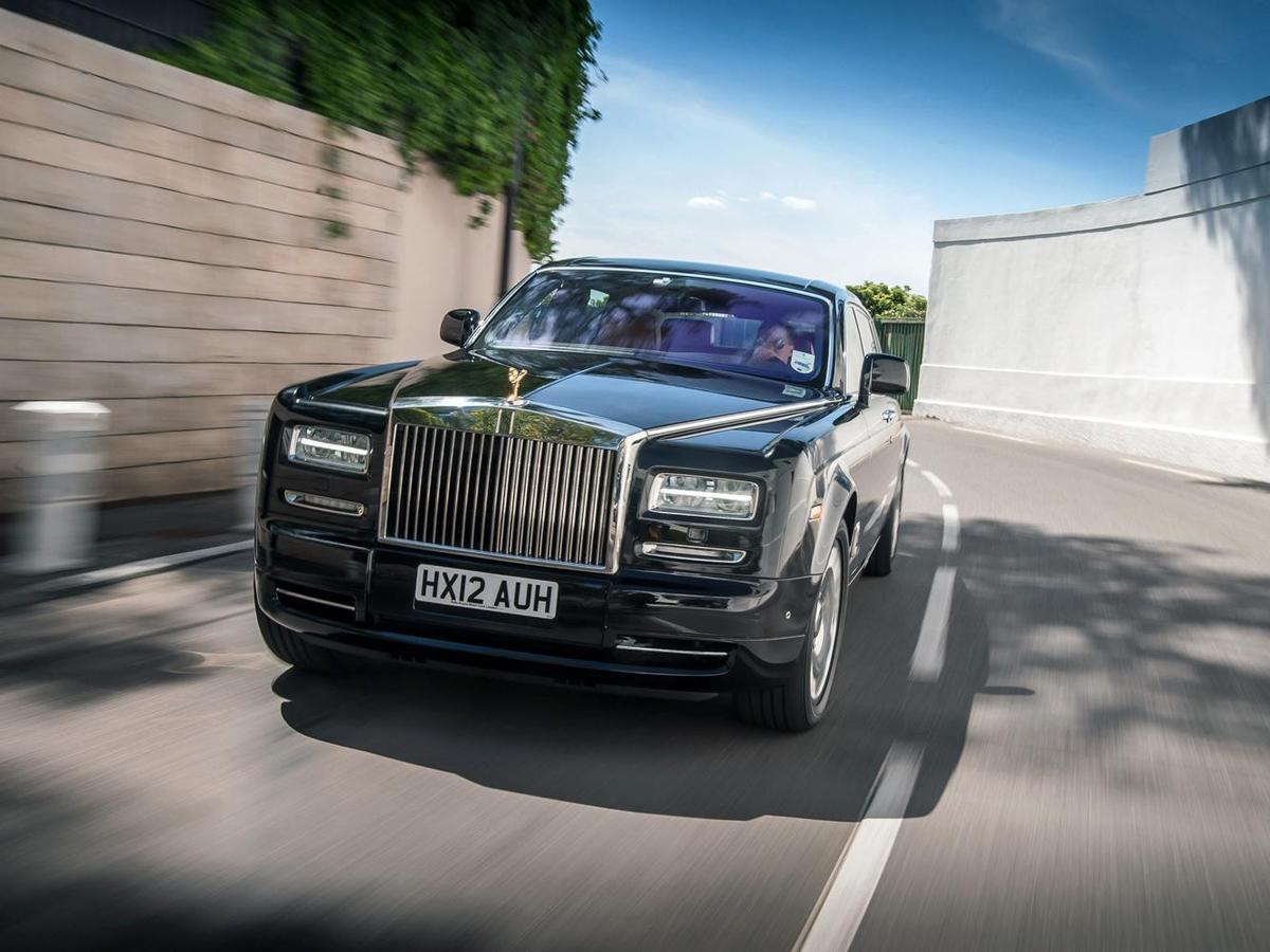 新Phantom 捨棄了V8引擎,採用全新設計的V12引擎,其動力增加了40%,達到453匹馬力,扭力增加了將近50%,達到驚人的531磅/英尺。