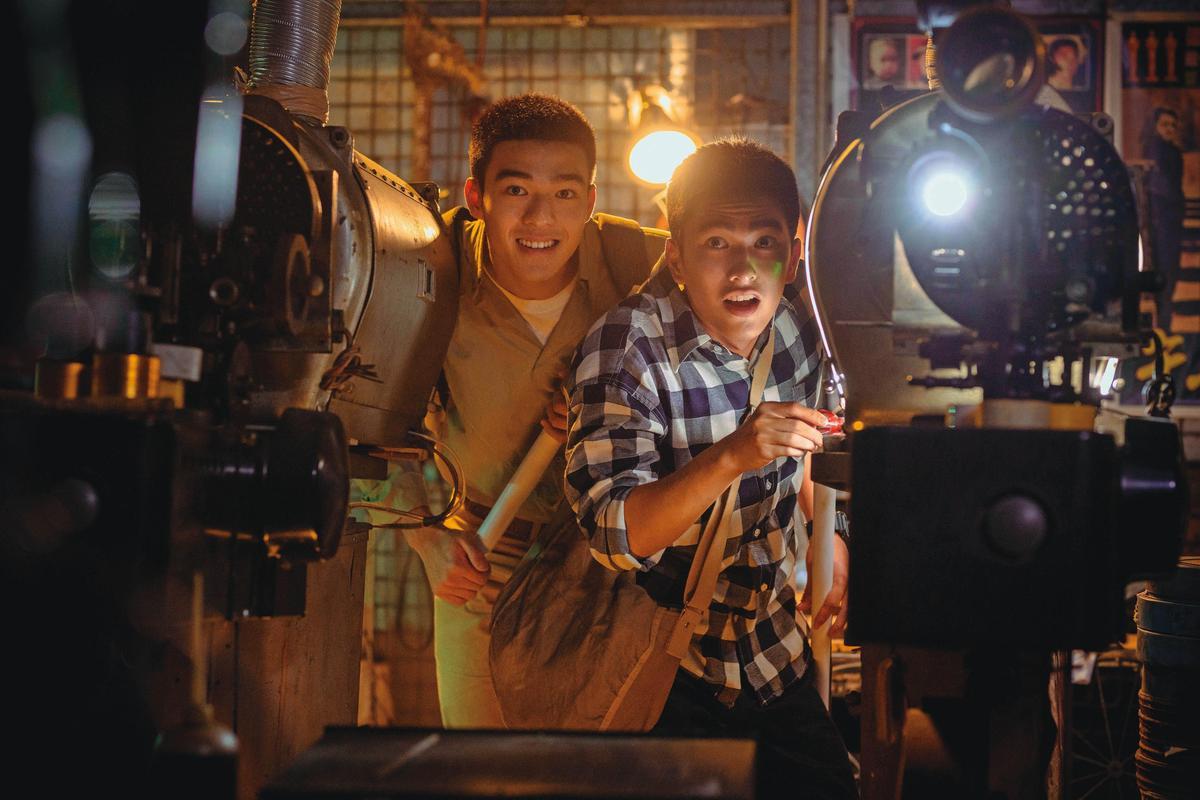 《刻在你心底的名字》以解嚴後的台灣社會為背景,曾敬驊(右)與陳昊森(左)飾演在校園中互有好感的同學。(氧氣電影提供)