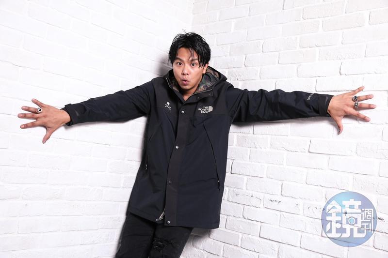 藝人小鬼黃鴻升昨(16日)驚傳在家中猝逝,警方研判沒有他殺及服用藥物的痕跡,懷疑是浴室跌倒意外。(本刊資料照)