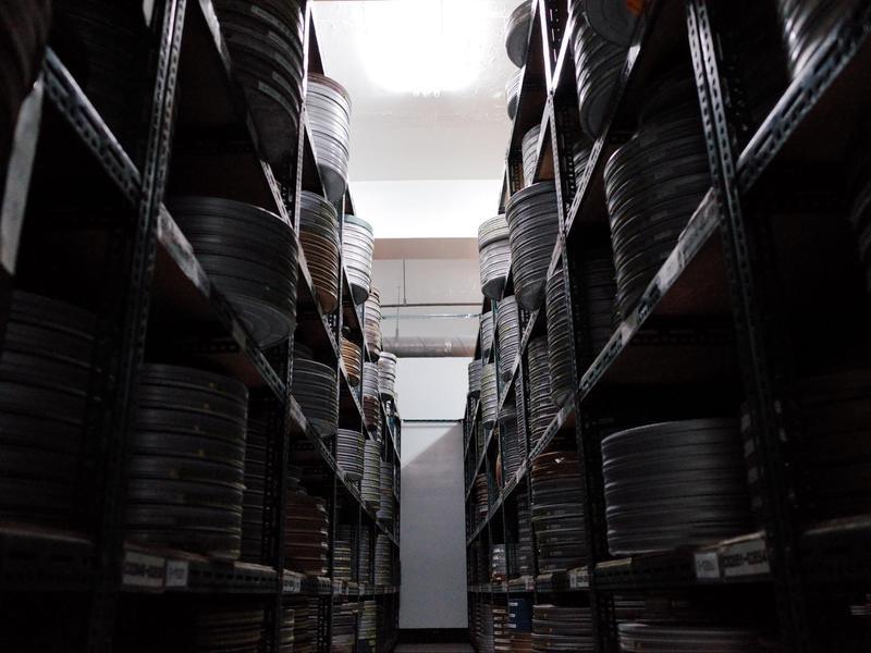良好的保存環境對於影片修復至關重要,除了要控制溫溼度,已有醋酸症的膠卷也要另外存放。(國家影視聽中心提供)