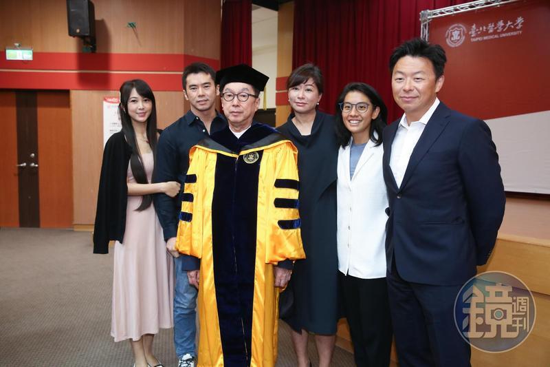 廣達董事長林百里(左三)獲台北醫學大學頒發榮譽博士學位,次子林宇輝攜妻林怡慧以及家人都到場觀禮。