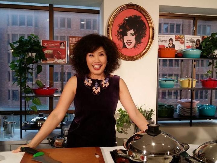 鍋具女王菲姐口才極佳,成為知名的烹飪節目主持人。(翻攝自菲姐臉書)