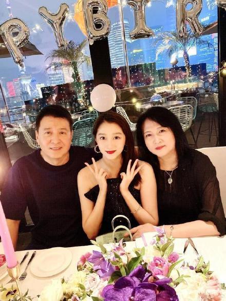 關曉彤(中)與父母一起慶生合照。(翻攝自網路)