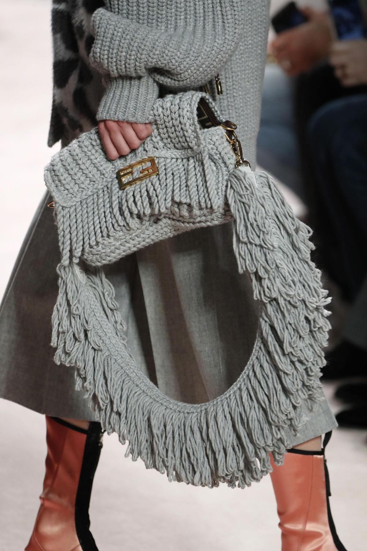 暖暖的流蘇是冬季令人愛不釋手的設計作品。(FENDI提供)