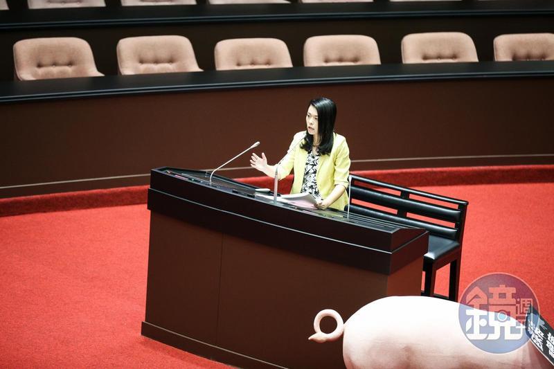 民眾黨立委高虹安質詢時以「有才華、好可惜」諷刺行政院長蘇貞昌。