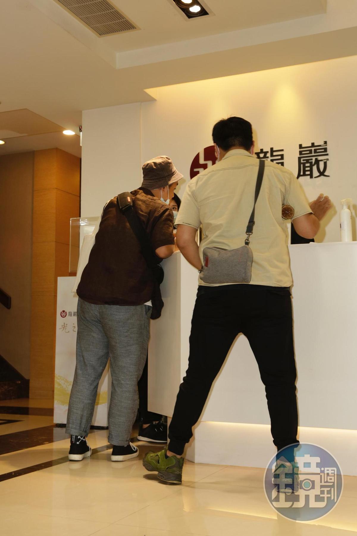 《綜藝玩很大》的工作人員來到靈堂,部分軟硬體布置將由他們負責。