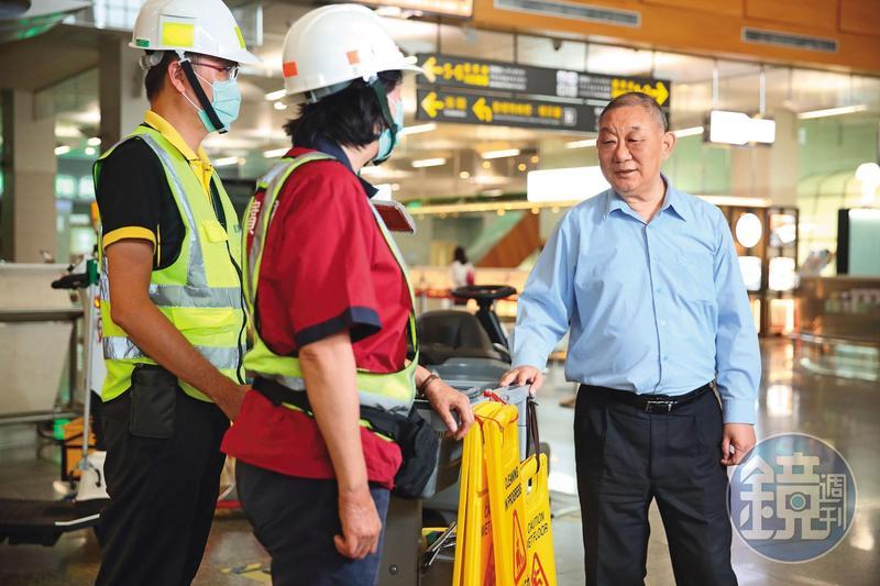 陸耀祖(右)認為基層員工相當辛苦,雖然要求嚴格,對他們相當客氣和善。