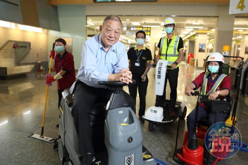 中校退役的陸耀祖,十三年前創立信實,承攬台灣許多交通樞紐的清潔工作,去年掛牌興櫃。