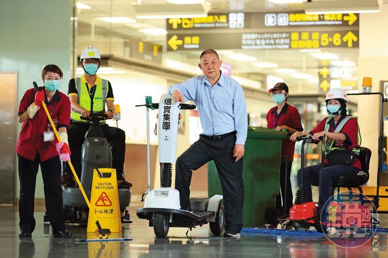 軍人出身的陸耀祖,13年前創立信實,承攬台灣許多交通樞紐的清潔工作,去年掛牌興櫃。