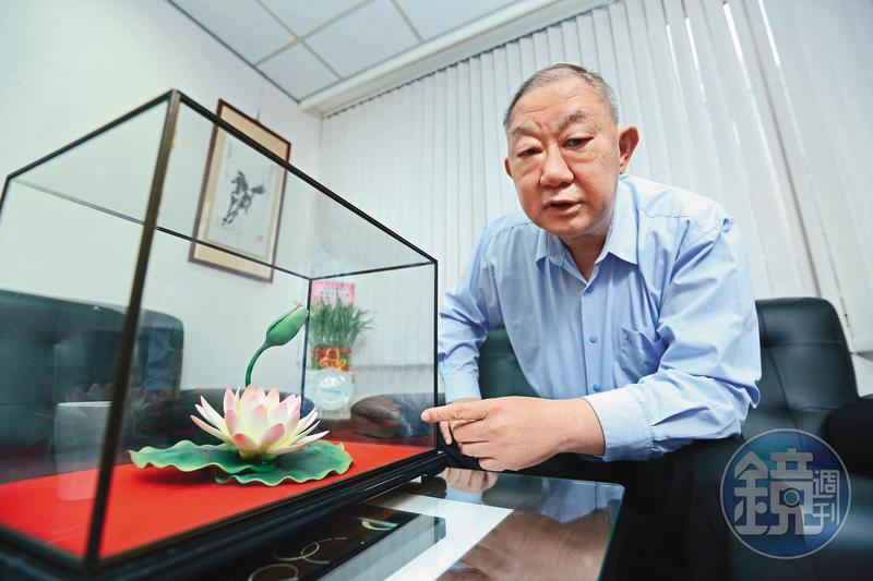 陸耀祖辦公室有放一朵陶瓷蓮花,隨時提醒自己要「出淤泥而不染」,實實在在做人。