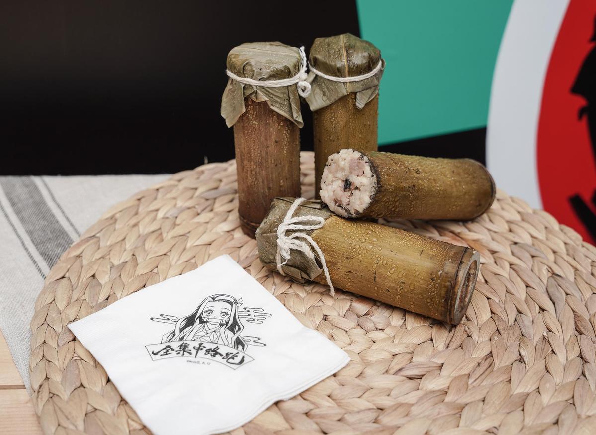 禰豆子咬的竹子成為竹筒飯,還有禰豆子圖樣餐巾紙。(業者提供)