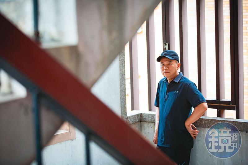 新作電影《消失的情人節》即將上映,宣傳工作一連串,陳玉勳在電影行銷公司的樓梯間拍照後,又要接受採訪。