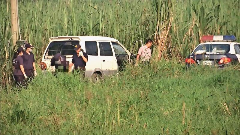 命案現場位於甘蔗田中的產業道路,警方獲報後到場勘驗。(東森新聞提供)