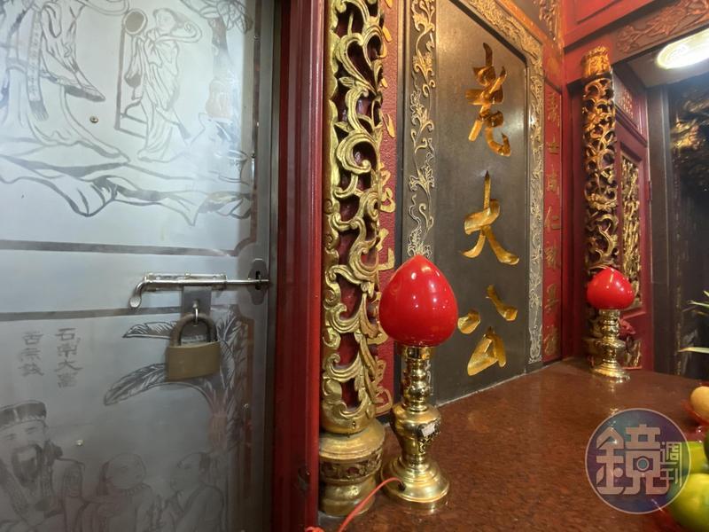 老大公廟旁的「龕門」牢牢鎖上,1年之後才會再打開。