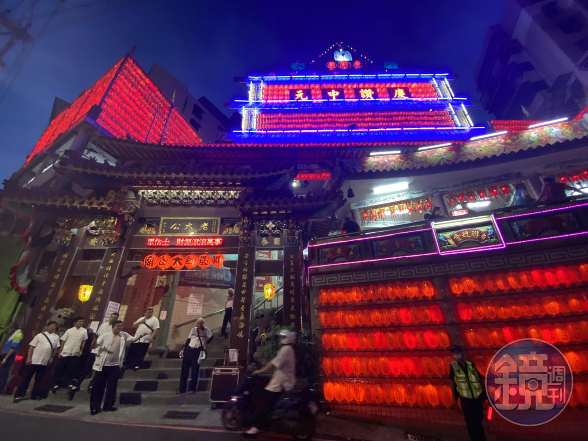 中元最後一天,老大公廟外仍可見燈。