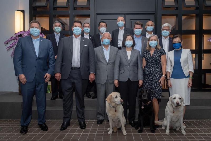 蔡英文在臉書公布和美國務院次卿在總統官邸共進晚餐後的合照。(翻攝自蔡英文Instagram)