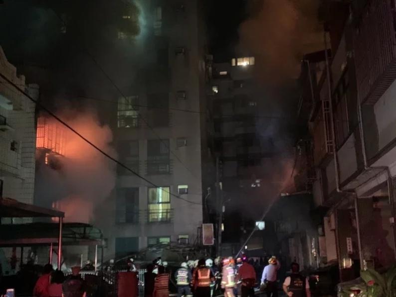 東海商圈清晨發生氣爆,消防局出動8個分隊全力灌救,目前已撲滅火勢。(台中市消防局提供)