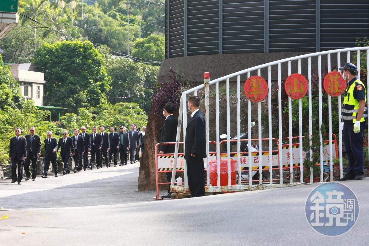 曾服務過前總統李登輝的大安警衛室退休特勤人員,在翠山莊門口列隊送李最後一程。