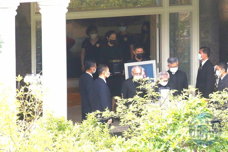 前總統李登輝的骨灰今晨從翠山莊出發前往追思告別禮拜會場。