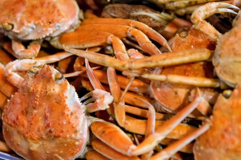 一位46歲大媽半年前生吃30幾隻螃蟹想強健骨骼,卻因此吃進十幾種寄生蟲。(取自圖庫Pakutaso)