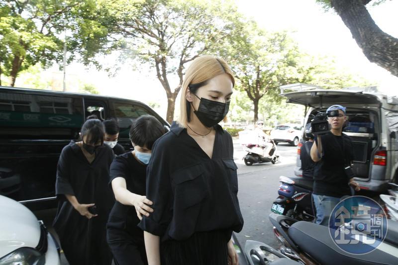 楊丞琳一身黑衣於下午3點初抵達小鬼靈堂。